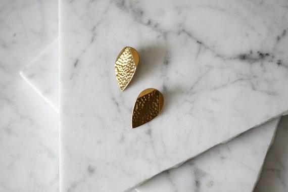 1980s gold tear drop clip on earrings // 1980s hammered gold earrings // vintage earrings
