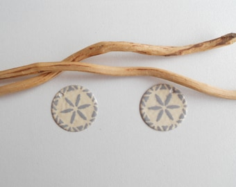 X 2 sequins light grey and ivory charms