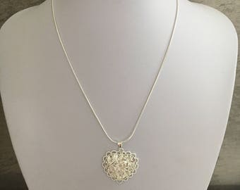 Pretty silver mesh necklace twisted beautiful heart pendant