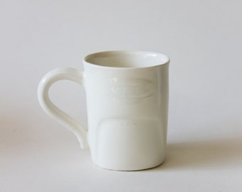 Thumb cup with handle. Porcelaine. Hand made in Montréal.