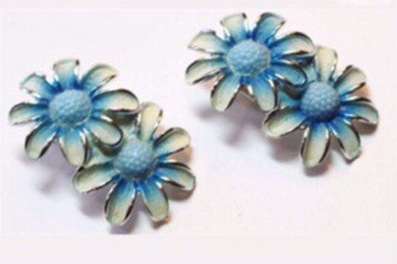 Vintage Unsigned Coro Design Blue enamel & goldtone with plastic flower center Daisy clip on Earrings