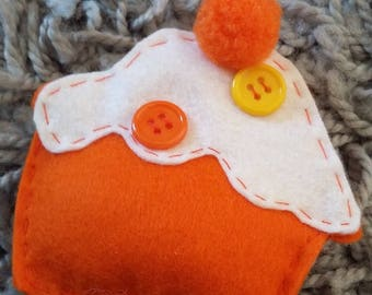 "felt brooch ""orange my Cupcake"""