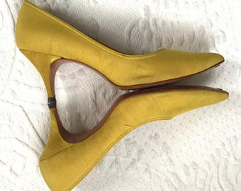 60s pumps . yellow pumps  . yellow pumps . yellow 60s pumps . size 5.5