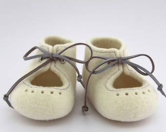 Felted Christening baby shoes, White unisex booties with leather laces, Photo prop, Newborn baby, Pram shoes, Newborn coming out home outfit