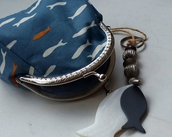 Trendy knip, Kleine blauwe dames portemonnee met visjes, Knip voor pasjes, Beursje, Makeup tasje, Handtas accessoire, Knip portemonnee
