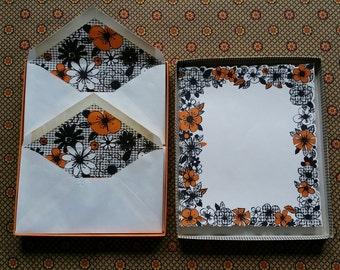 Vintage Set of Hallmark Daisy Flowers Stationery and Envelopes