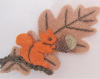 Feuille de chêne fabriqués à la main en laine feutrée avec l'écureuil et le gland automnales broche eco friendly bijoux bois nature d'inspiration cadeau original OOAK