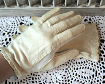 Vintage gloves. White. Leather gloves. Riding gloves. 1950s. Cute!