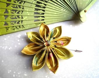 Broche fibule avec fleur en satin couleur lemon à motifs chinois et perle