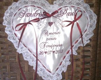 Your wedding cushion carries alliances