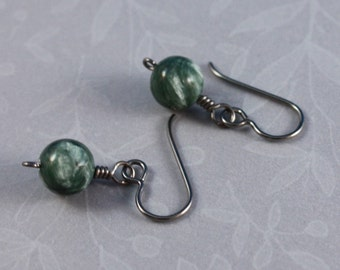 Simple Seraphinite and natural Niobium pierced earrings