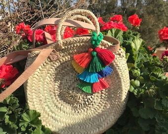 Round natural straw basket adorned with tassels-round carrycot
