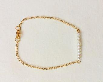 Minimalist gold & pearl bracelet