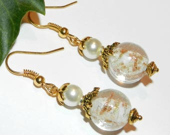 Romantic and vintage style earrings in gold and white glass
