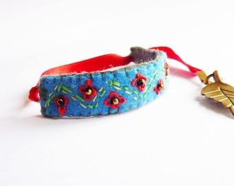Pulsera: floclore ruso. Pulsera de fieltro con bordados en rojo y azul.
