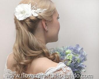 Feminine Ivory flower comb, Ivory flower bridal comb, Ivory Bridal Hair Flower, Bridal Hair Accessories, Ivory Bridal Headpiece.