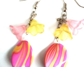 Dangle earrings with pearls and flowers