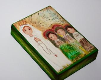 Notre Dame de Fatima avec les enfants - ACEO giclée print monté sur bois (2,5 x 3,5 pouces) l'Art populaire par FLOR LARIOS