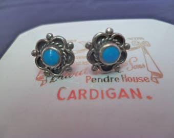 A pretty pair of silver and turquoise stud earrings - 925 - sterling silver - flower