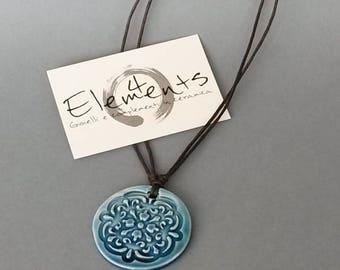 Ciondolo ceramica cristallina blu decoro a mandala Idea regalo per lei