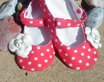 Slippers in red and white polka dots with pink strap