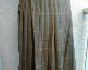 ORIGINAL vintage BURBERRY Scottish kilt, 100% fine quality wool, classic skirt.Excellent condition.