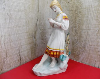 Vintage porcelain figurine Original Soviet Ukrainian figurine Polonnoe 1970's Divination by chamomil Love or not love Girl with chamomile