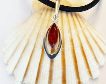 Moderne Kautschuk Halskette mit Medaillon (aus Silber mit Baltikum Bernstein. ) Magische Amulett.Bio und Öko Schmuck.