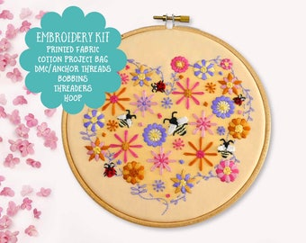 DIY Embroidery Kit Flowers Bees Heart Beginner Summer Hand Embroidery Kit Floral Needlecraft Kit DIY Hoop Art Sewing Kit Needlepoint Pattern