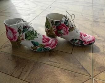 ботиночки женские. тонкая ручная вышивка по старинным схемам. могут быть на каблучке 4,5 и  2,5см. основа- кожа.  легкие,комфортные,красивые