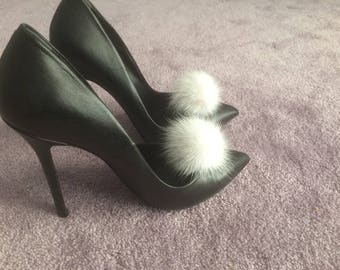 White  pompom shoe clips, a pair of mink pompoms suitable to clip them in shoes, shirts and more.