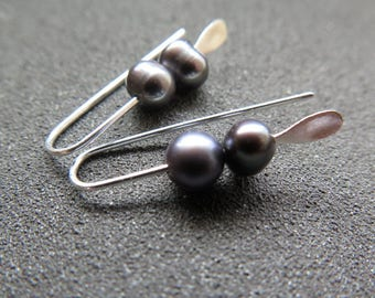 silver pearl earrings. dove grey pearls. modern pearl jewellery. splurge.