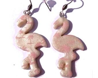 boucles d'oreilles flamant rose palmiers sérigraphiés Silkscreen Alli de couleur rose, sur fond blanc nacré fait main, création française