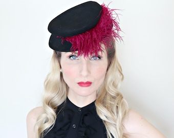 Vintage 1940s Hat / 40s Tilt Hat / Percher / Black felt / Pink Feather / 0 ring