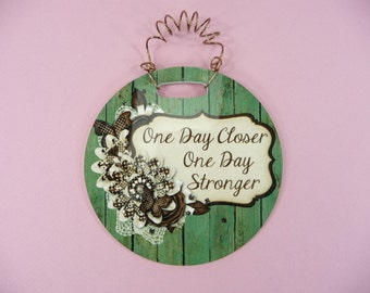 SMALL SIGN One Day Closer One Day Stronger -Words of Encouragement Cute Glossy Round Hanging frp Plastic 4 inch
