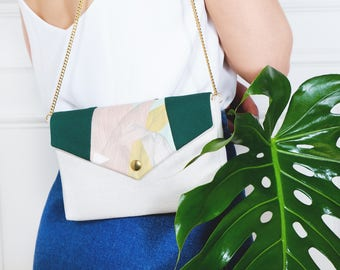 Bernadette: handbag made of off-white linen with a a flap made of green forest and tropical print cotton, golden chain