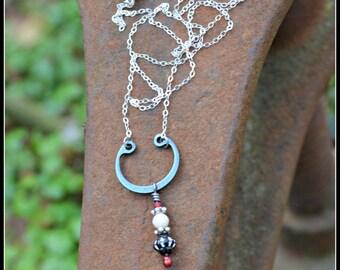 Assemblage blanc et rouge noir collier avec chaîne en argent