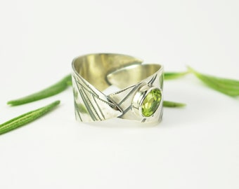 Peridot leaf ring. Sterling silver ring. Green peridot. zero waste imprint. Leaf nature design. native forests. recycled silver.