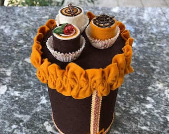 Tin can brings candy decorated in felt with three Bon Bon