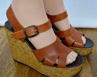 Vintage 1970's Women's Brown Leather & Woven Wicker TiKi Hawaiian Hippie Boho Wedged PLATFORM Sandals Shoes Size 8.5 9