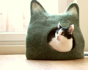 Cat lovers gift, deep green Cat bed, cat cave, cat house, handmade felted wool cat bed, green with natural white, Christmas gift for pets