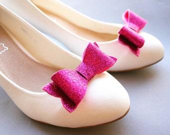 Sparkle! Glittery bow shoe clips in fuchsia-pink! Glitter, fuschia, hot pink, shoeclips, wedding, bridal, festive