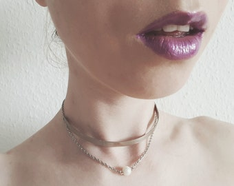 Metal choker with pearl