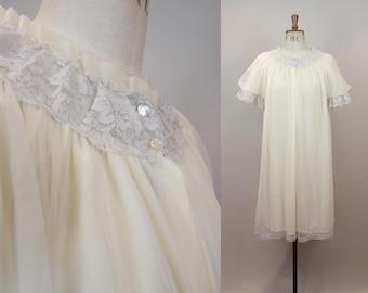1960s Cream Nightgown / 60s Nylon Nightdress / 1960s Ivory Robe / Lace Neckline / Size Large / M L XL