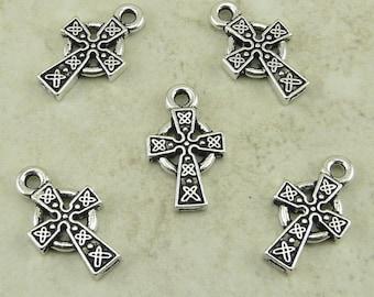 5 TierraCast kleine keltische Kreuz Charms > irische katholische Religion - Silber vergoldet führen kostenlose Zinn - Ich versende International 2089