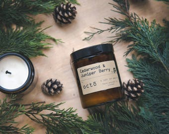 Cedarwood & Juniper Berry - Luxury Scented  Natural Soy Wax Candle In Amber Glass Jar with Lid ( Bougie en bois de cèdre )