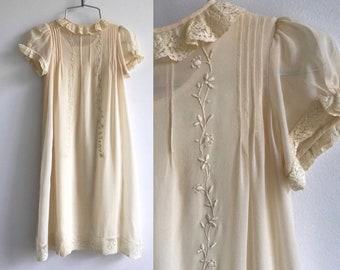 Antique des années 1920 robe de baptême / / bébé baptême Vintage robe Georgette //Champagne des années 20 et la dentelle avec broderie florale Betsy Dean