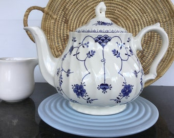 "Churchill ""Finlandia"" teapot Made in England Blue and white collectibles"