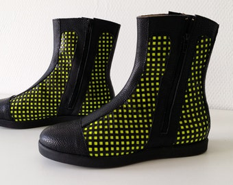 """Model """"hour"""" Pomsy yellow Black light (Collection 24 hours)"""