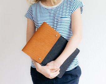 """Case for 12 Inch MacBook Retina, Italian vegetable-tanned leather, wool felt, """"Courier"""", by band&roll"""